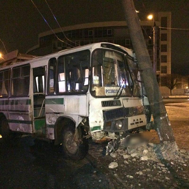Автобус, після зіткнення з легковиком, врізався в електроопору