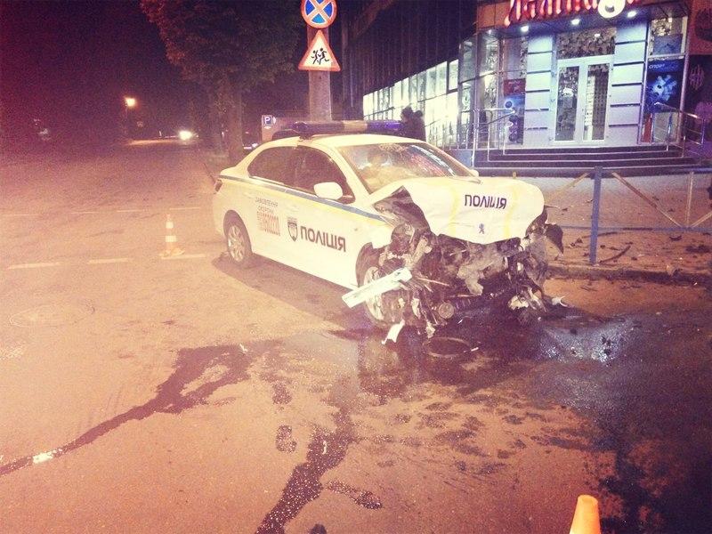 За попередніми даними, поліцейські не порушували правил, оскільки рухалися по головній дорозі