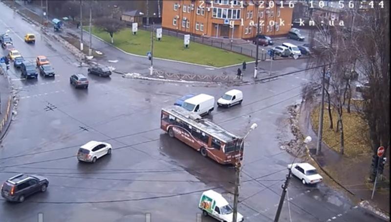 Тролейбус пролетів перехрестя Зарічанської та Свободи, ледь не створивши аварію