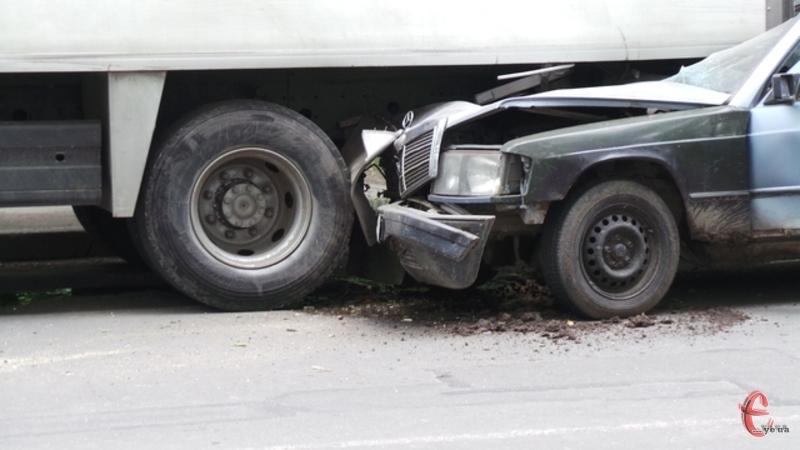 Ця аварія сталася в Хмельницькому 10 червня. У стоячу фуру врізався Мерседес