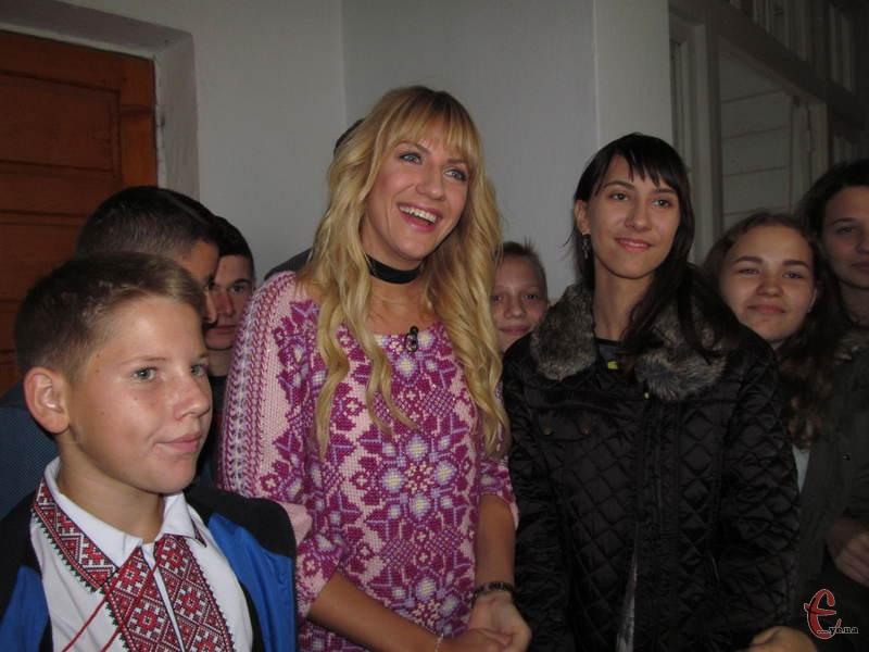 Леся Нікітюк разом з учнями ЗОШ №8