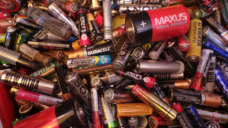 Одна пальчикова батарейка, викинута в сміття, забруднює 20 кв.м. ґрунту та до 400 літрів води