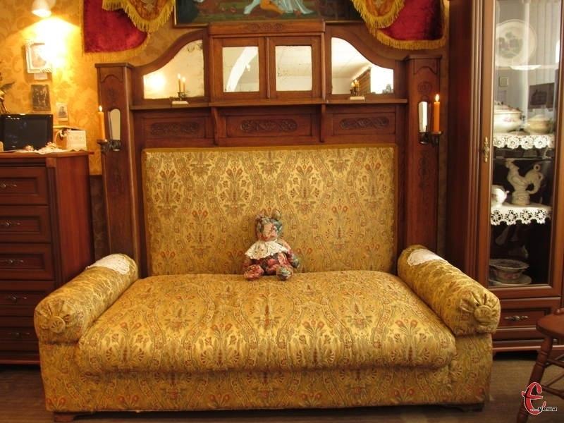 На реставрацію старовинного дивана знадобилося понад два роки