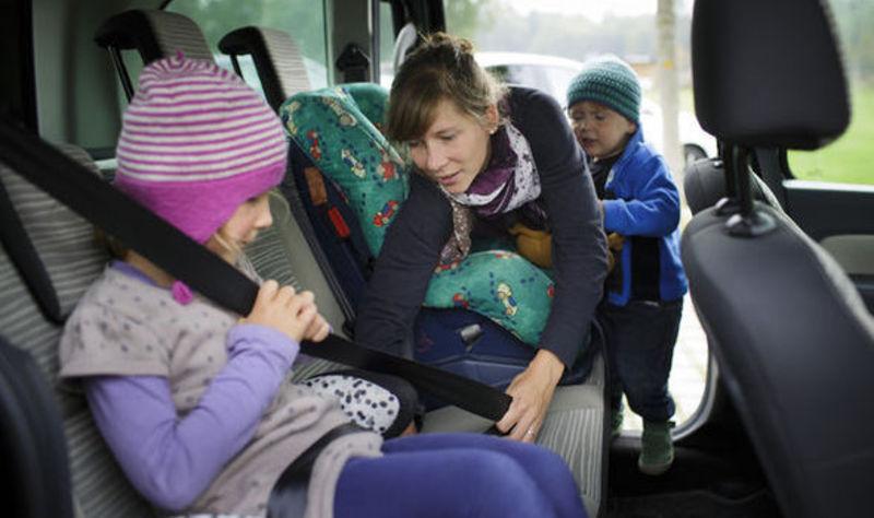 Із 20 листопада штрафуватимуть за перевезення дітей, зріст яких менше 145 санмитерів або тих, що не досягли 12-річного віку, у транспортних засобах без використання спеціальних засобів, що дають змогу пристебнути дитину за допомогою ременів безпеки.