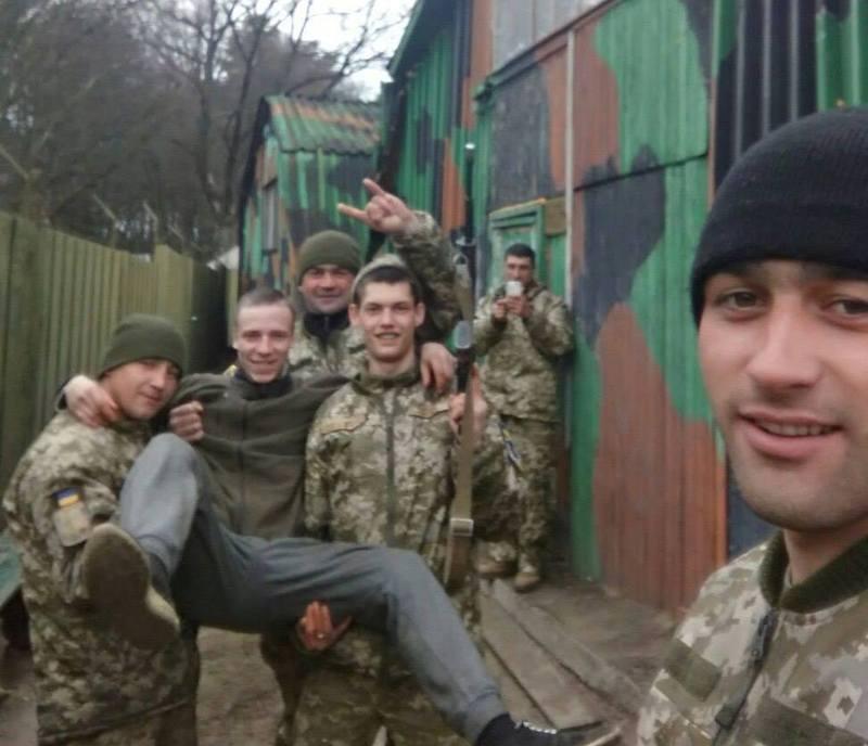 24-річний Володимир Швець (у чорній шапці, з правого боку) загинув під Волновахою в ніч з 3 на 4 серпня.