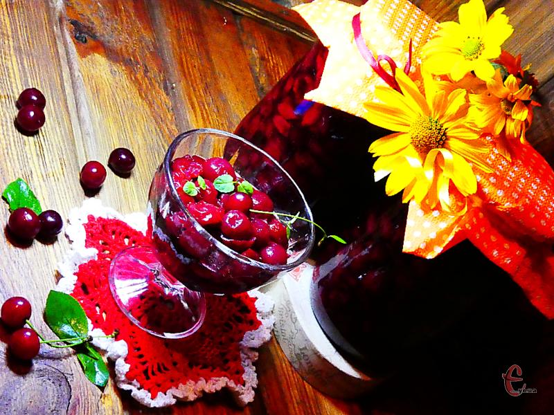 Взимку цю заготовку можна використовувати не лише для випічки,  але й для приготування смачного вишневого кисілю, ароматного мусу чи желе.