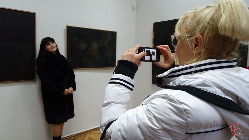 Відвідувачі виставки охоче фотографувалися біля експозицій