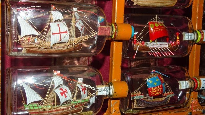 Мініатюрні моделі вітрильників у пляшках експонують в краєзнавчому музеї