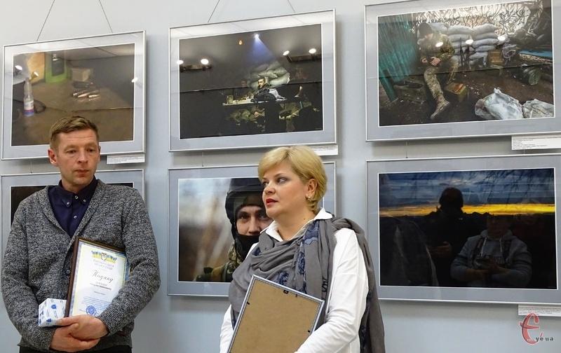 Андрій Дубчак та Інна Єрмакова привезли до Хмельницького виставку світлин з передової