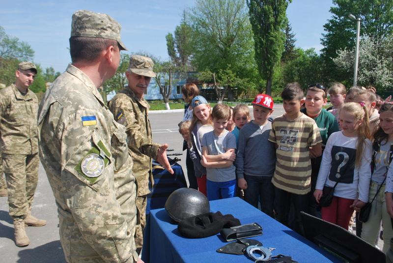 Дітям показали зброю і техніку