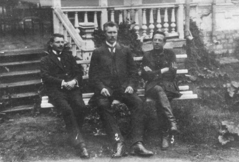 А. Макаренко, Ф. Швець і С. Петлюра на ганку будинку резиденції Директорії УНР, в Кам'янці-Подільському, літо 1919 року