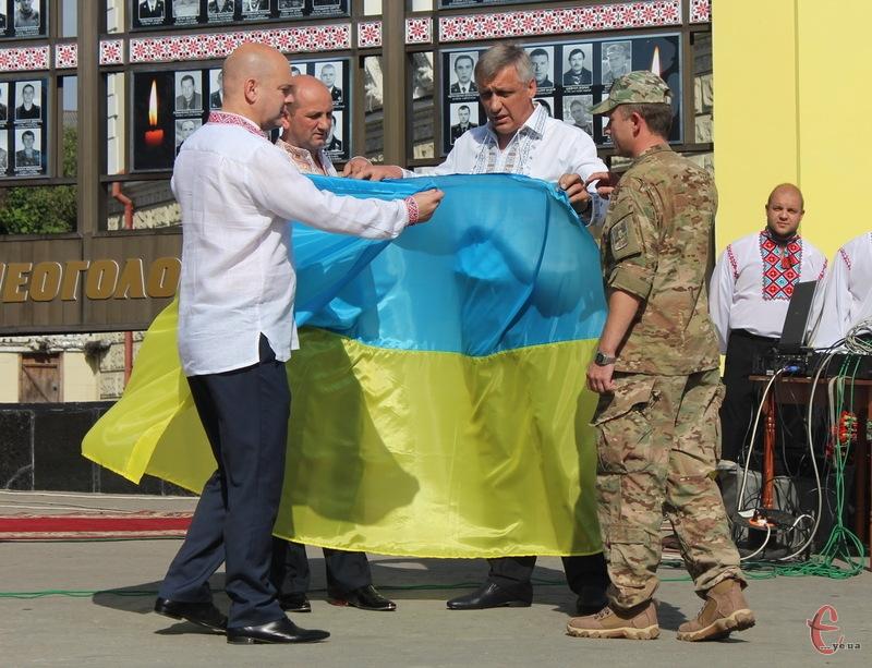 Представник влади Хмельниччини та міста передали військовим Державний прапор України