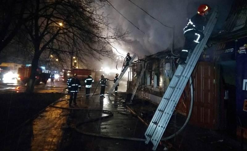Поки рятувальники не повідомляють про причини загоряння.