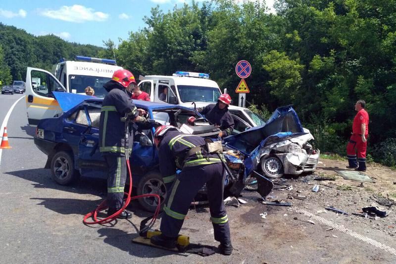 В аварії в Хмельницькому районі п'ятеро людей отримали травми, один чоловік помер у лікарні