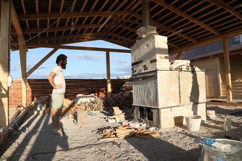 Останні приготування території фарфорового заводу до Міжнародного керамічного пленеру