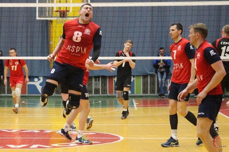 Хмельницький ВК Новатор, який вперше став бронзовим призером чемпіонату України, готується до нового чемпіонату