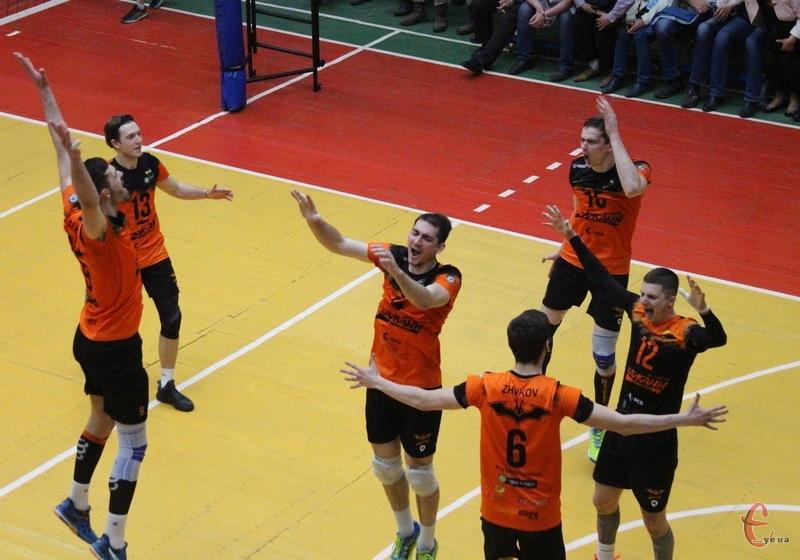 Волейбольний клуб Барком-Кажани зі Львова виграв серію плей-оф у хмельницького Новатора та гратиме за золоті медалі