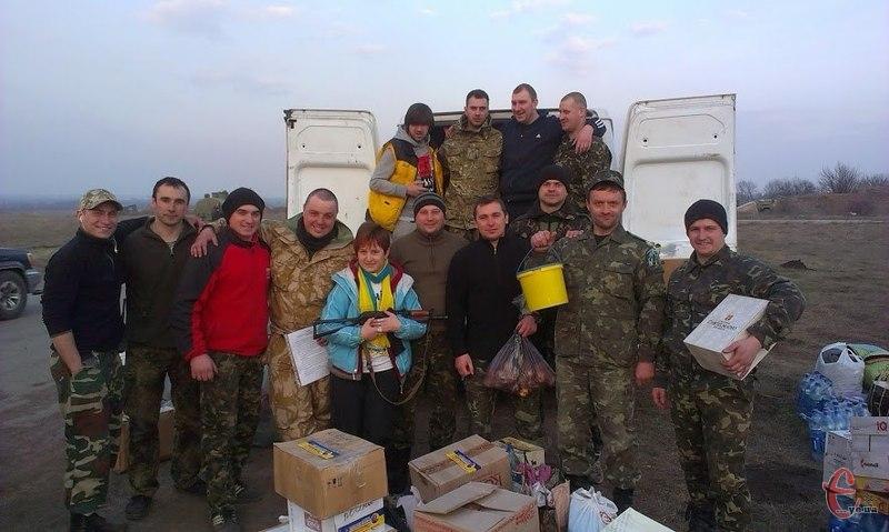 Волонтери щотижня їздять на Схід з повним автомобілем подарунків для військових