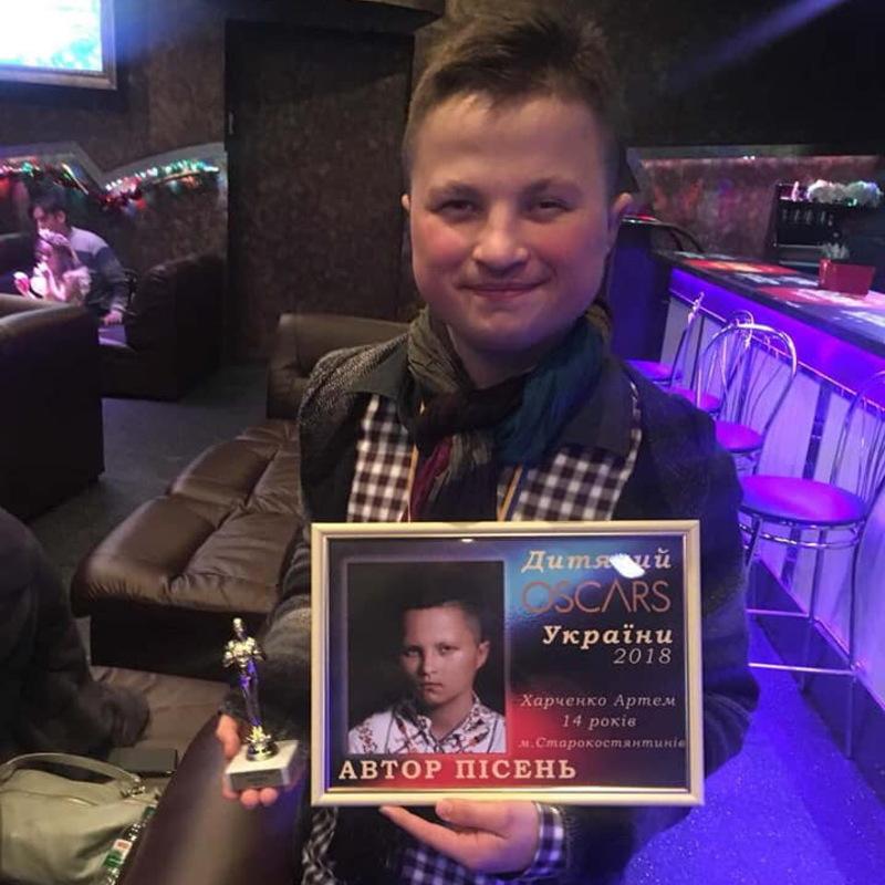На конкурсі Артем заспівав свою нову пісню «Зорепад»