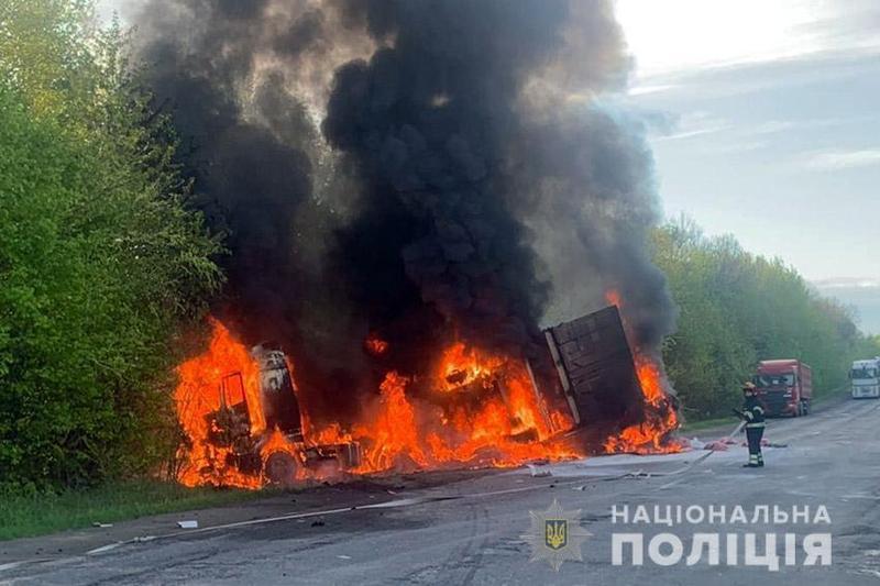 Після зіткнення автомобілі загорілися