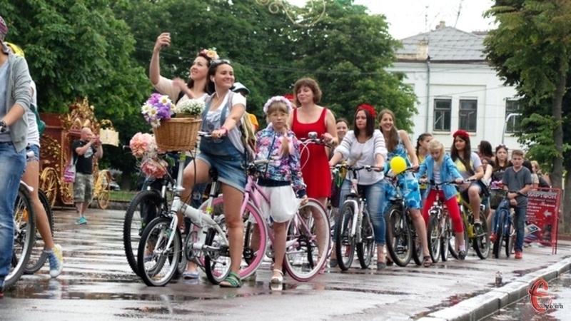 Перед заїздом дівчата зберуться разом плести віночки, а після велопараду пускатимуть віночки на воду
