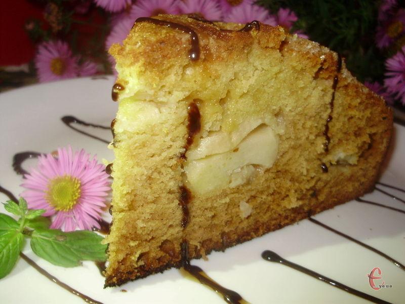 Чудовий німецький пиріг! Таке смачне й ніжне тісто, що його можна їсти навіть окремо від начинки. Проте з печеними яблучками воно ідеально поєднується!