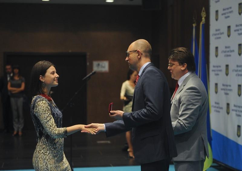 Прем'єр-міністр вручає Олександрі премію