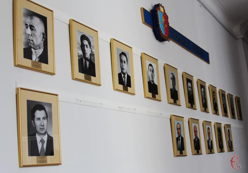 Побачити портрети усіх керівників виконавчої гілки влади на Хмельниччині, можна в облдержадімністрації на другом поверсі