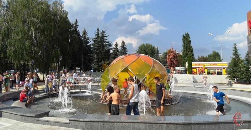 У фонтані плескаються діти, а подекуди й підлітки, наче в басейні