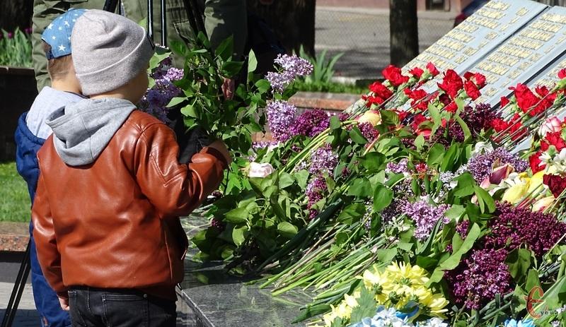 Покладання квітів відбулося односасно на кількох локаціях