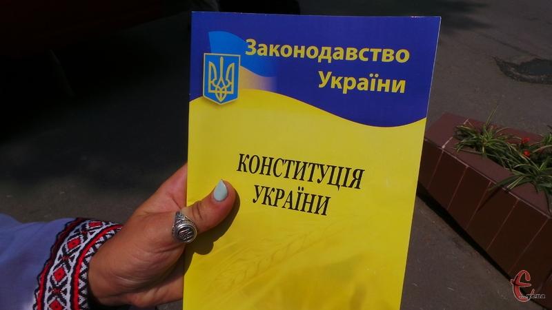 20 років тому, 28 червня 1996 року о 9 год. 18 хв. після 24 годин безперервної праці Верховна Рада України прийняла і ввела в дію Конституцію України