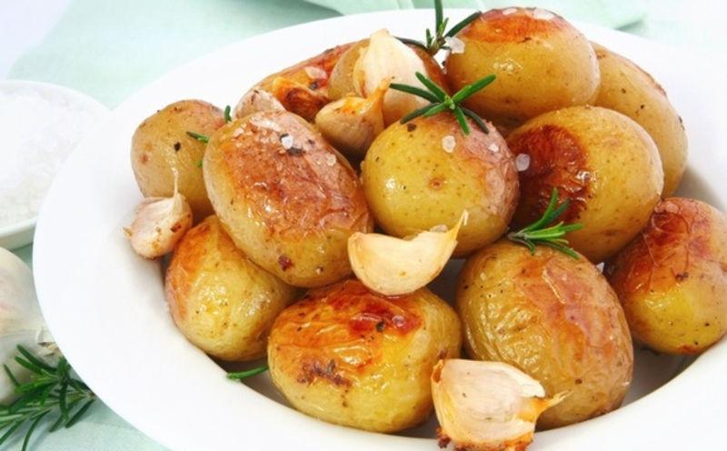 Молода картопля пречудово смакує як у вареному, так і в смаженому та запеченому вигляді.