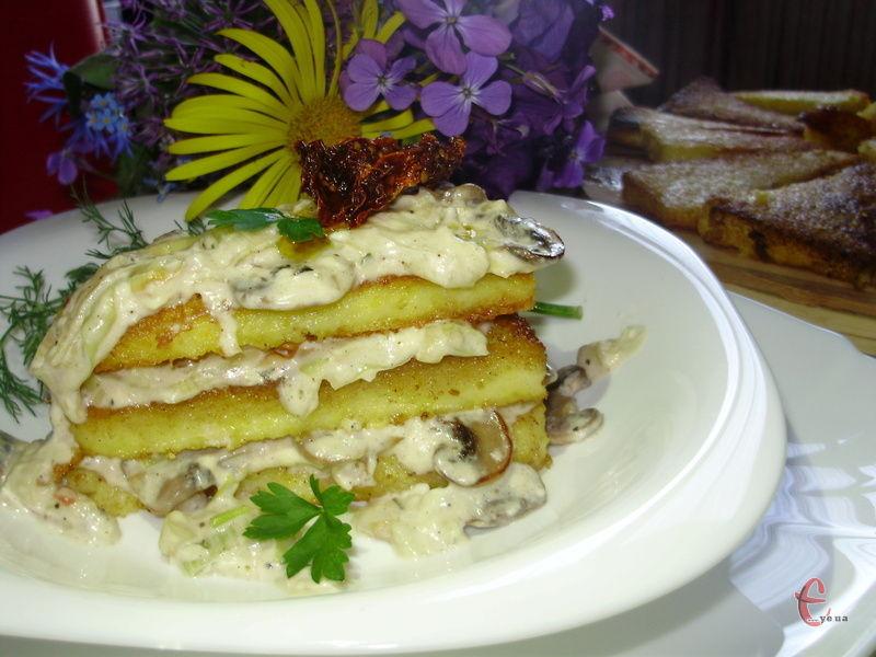 + рецепт «твердої» кукурудзяної каші із грибами під ніжним сирним соусом.