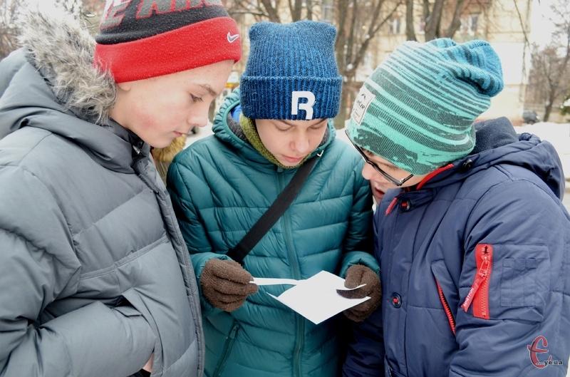 13 учасників дві години бігали центром Хмельницького, виконуючи різні завдання. Вкінці усі отримали смачні подарунки