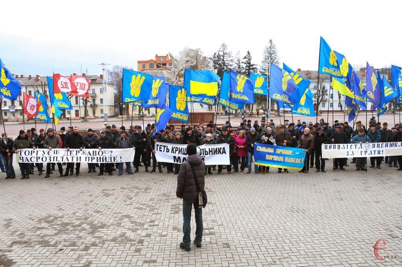 За різними оцінками на мітингу в Хмельницькому щодо відставки уряду Яценюка зібралося не більше двох сотень людей
