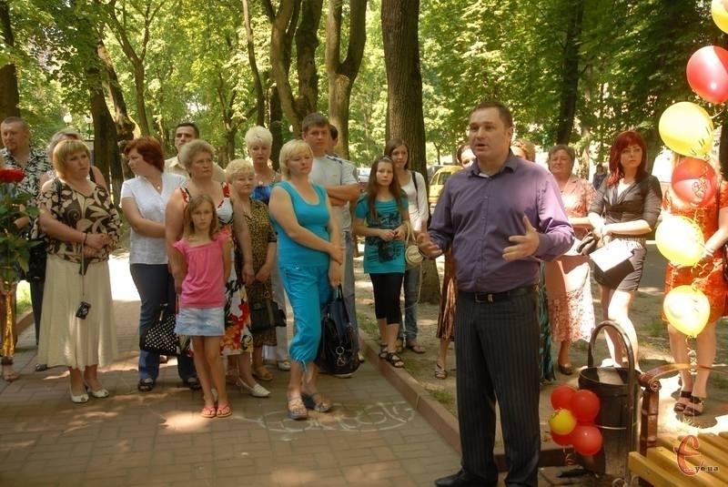 Видавець Сергій Іщук під час відкриття лавочки на честь ювілею Сімейної газети