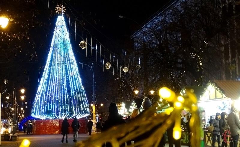 Цього року вогні на новорічній ялинці міста запалювали без урочистостей