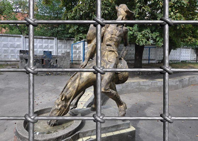Двір, в якому розташована скульптура барону Мюнхгаузену, хоч і обгородили парканом, але доступ до нього відкритий