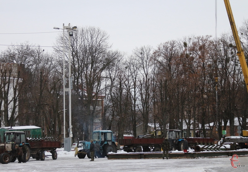 Не виключено, що комунальники востаннє встановлюють каркас 26-метрової ялинки на майдані Незалежності, востаннє