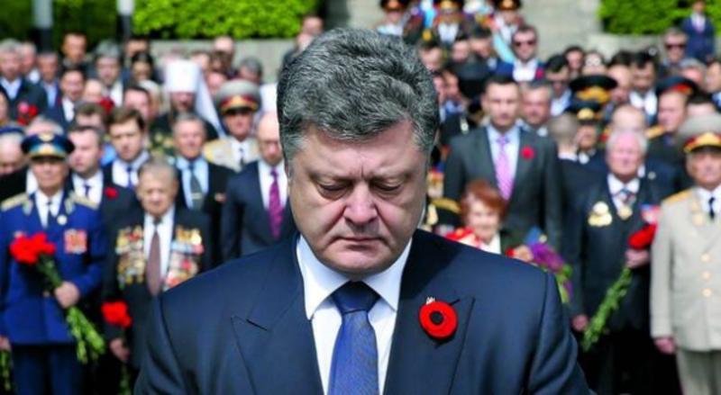 Президент Петро Порошенко стоїть біля могили Невідомого солдата, вшановує пам'ять загиблих у Другій світовій війні. Київ, 9 травня 2015 року.