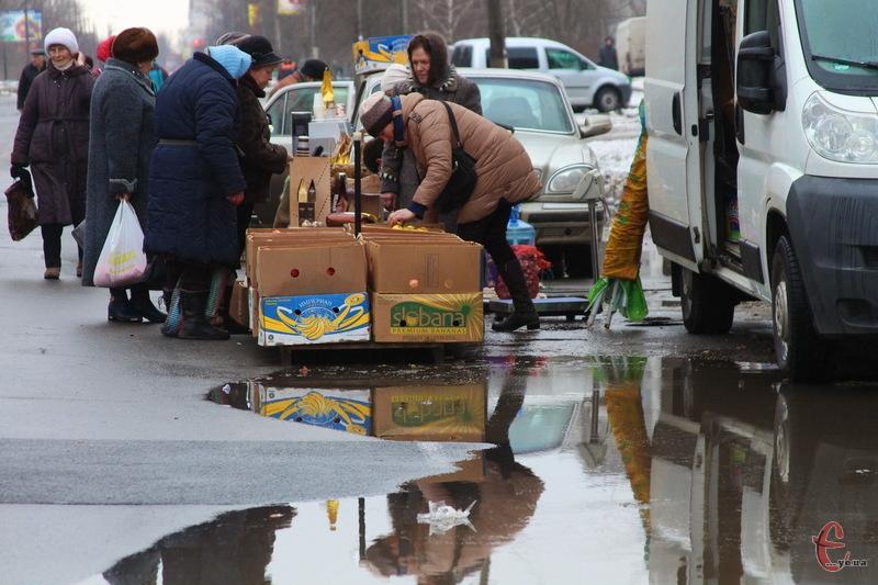 Зранку 23 грудня ярмарок на Прибузькій був малолюдним. Якщо порівнювати з попередніми, то продавців та покупців цього разу було дуже мало