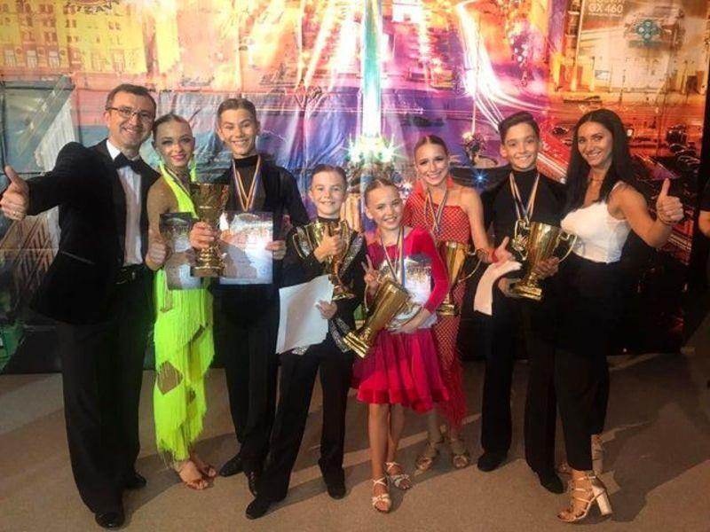 Учасники народного ансамблю бального танцю «Успіх», міського будинку культури, вибороли комплекти золотих та бронзових медалей