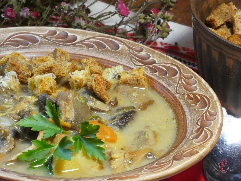 Ніжна оксамитова консистенція, запаморочливий аромат сушених грибів та хрумкі сухарики створюють справжнє свято в тарілці!