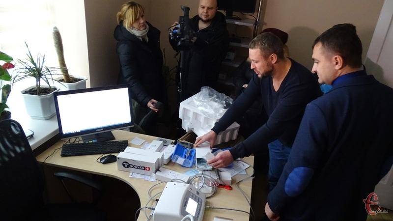 Завідувач ЛОР-відділення Дмитро Василенко демонструє нове обладнання