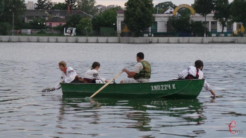 Щоб кинути віночки на воду, дічата на човні плили до середини річки