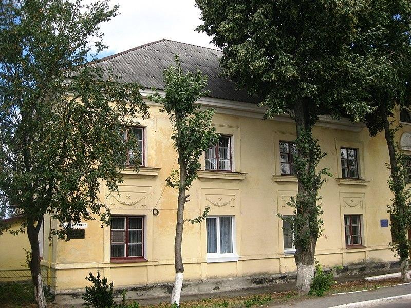 Нині інформаційна дошка Миколі Ватутіну висить на стіні будинку на вулиці Сіцінського, 5