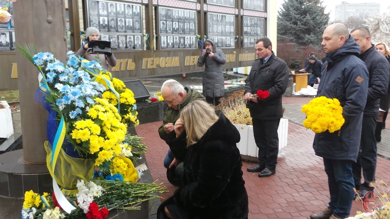 Хмельничани поклали квіти до Стели загиблих Героїв