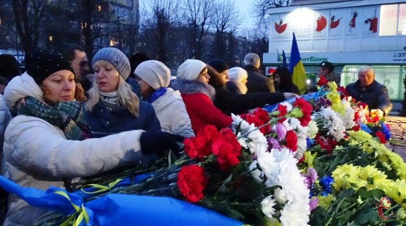 Сотні хмельничан прийшли сьогодні до пам'ятника Героям Небесної Сотні з квітами та лампадками
