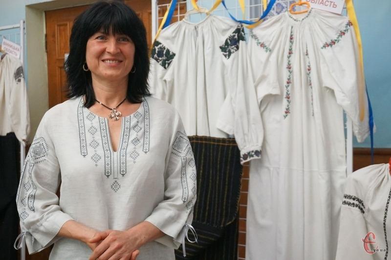 Хмельничанка зібрала колекцію старовинних вишитих сорочок.