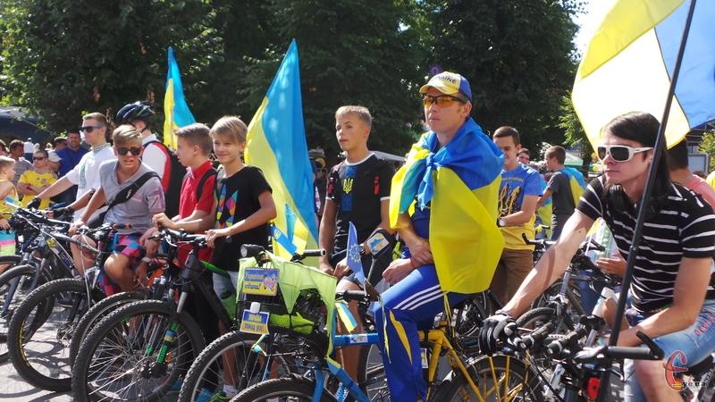 Хмельничани поїхали велопарадом з прапорами